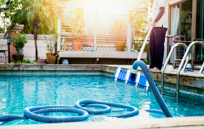 تنظيف المسبح من الغبار